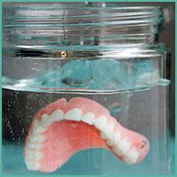 Entretien des prothèses dentaires et usage